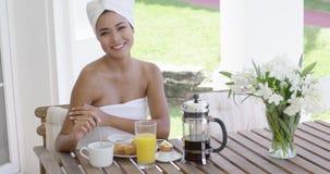 Χαμογελώντας γυναίκα στον πίνακα προγευμάτων υπαίθρια απόθεμα βίντεο