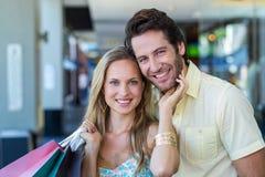 Χαμογελώντας γυναίκα στοργικά σχετικά με το πρόσωπο του φίλου της Στοκ Φωτογραφίες