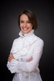 Χαμογελώντας γυναίκα στο άσπρο διακοσμητικό στοιχείο πουκάμισων Στοκ Εικόνες
