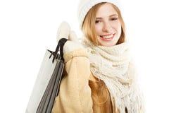 Χαμογελώντας γυναίκα στο θερμό ιματισμό με την τσάντα Στοκ Φωτογραφία