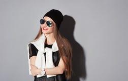 Χαμογελώντας γυναίκα στο καπέλο και τα γυαλιά ηλίου Στοκ Φωτογραφίες