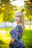 Χαμογελώντας γυναίκα στο πάρκο στοκ εικόνα