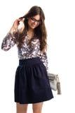 Χαμογελώντας γυναίκα στο floral πουκάμισο Στοκ φωτογραφία με δικαίωμα ελεύθερης χρήσης