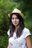 Χαμογελώντας γυναίκα brunette με το καπέλο αχύρου και σκυλί υπαίθριο Στοκ Εικόνα