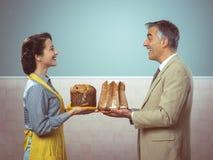 Χαμογελώντας εκλεκτής ποιότητας ζεύγος με τα κέικ Στοκ Εικόνες