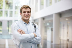 Χαμογελώντας ενήλικος άνδρας σπουδαστής στο σύγχρονο πανεπιστημιακό λόμπι Στοκ φωτογραφία με δικαίωμα ελεύθερης χρήσης