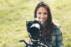 Χαμογελώντας επαγγελματικός φωτογράφος στοκ φωτογραφία