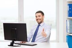 Χαμογελώντας επιχειρηματίας ή σπουδαστής με τον υπολογιστή Στοκ Εικόνες