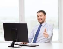 Χαμογελώντας επιχειρηματίας ή σπουδαστής με τον υπολογιστή Στοκ Εικόνα