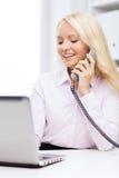 Χαμογελώντας επιχειρηματίας ή σπουδαστής που καλεί το τηλέφωνο Στοκ φωτογραφίες με δικαίωμα ελεύθερης χρήσης