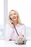Χαμογελώντας επιχειρηματίας ή σπουδαστής που καλεί το τηλέφωνο Στοκ εικόνα με δικαίωμα ελεύθερης χρήσης