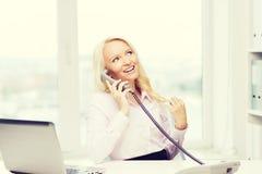 Χαμογελώντας επιχειρηματίας ή σπουδαστής που καλεί το τηλέφωνο Στοκ Φωτογραφίες