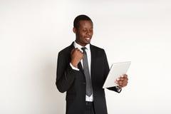 Χαμογελώντας επιχειρηματίας αφροαμερικάνων που χρησιμοποιεί την ταμπλέτα Στοκ εικόνες με δικαίωμα ελεύθερης χρήσης