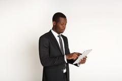 Χαμογελώντας επιχειρηματίας αφροαμερικάνων που χρησιμοποιεί την ταμπλέτα Στοκ φωτογραφία με δικαίωμα ελεύθερης χρήσης