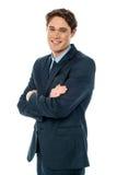 Χαμογελώντας επιχειρηματίας με τα διπλωμένα όπλα Στοκ εικόνα με δικαίωμα ελεύθερης χρήσης