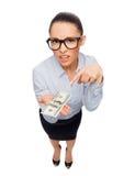 Χαμογελώντας επιχειρηματίας με τα χρήματα μετρητών δολαρίων Στοκ εικόνα με δικαίωμα ελεύθερης χρήσης