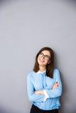 Χαμογελώντας επιχειρηματίας με τα όπλα που διπλώνονται να εξετάσει επάνω το copyspace Στοκ φωτογραφία με δικαίωμα ελεύθερης χρήσης