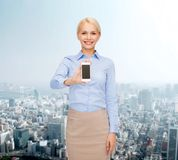 Χαμογελώντας επιχειρηματίας με την κενή οθόνη smartphone Στοκ φωτογραφία με δικαίωμα ελεύθερης χρήσης