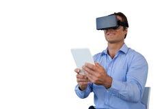 Χαμογελώντας επιχειρηματίας με τη συνεδρίαση ταμπλετών στην καρέκλα χρησιμοποιώντας vr τα γυαλιά Στοκ φωτογραφία με δικαίωμα ελεύθερης χρήσης