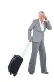 Χαμογελώντας επιχειρηματίας με τις αποσκευές της και την κλήση κάποιου Στοκ φωτογραφία με δικαίωμα ελεύθερης χρήσης