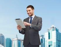 Χαμογελώντας επιχειρηματίας με τον υπολογιστή PC ταμπλετών Στοκ φωτογραφία με δικαίωμα ελεύθερης χρήσης