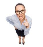 Χαμογελώντας επιχειρηματίας με το δάχτυλο επάνω Στοκ Φωτογραφίες