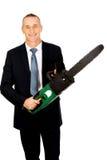 Χαμογελώντας επιχειρηματίας με το αλυσιδοπρίονο Στοκ εικόνες με δικαίωμα ελεύθερης χρήσης