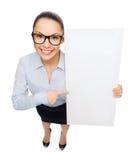 Χαμογελώντας επιχειρηματίας με το λευκό κενό πίνακα Στοκ Φωτογραφίες