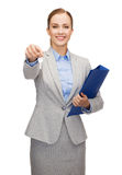 Χαμογελώντας επιχειρηματίας με το φάκελλο και τα κλειδιά Στοκ Εικόνα