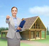 Χαμογελώντας επιχειρηματίας με το φάκελλο και τα κλειδιά Στοκ φωτογραφία με δικαίωμα ελεύθερης χρήσης