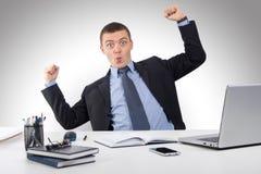 Χαμογελώντας επιχειρηματίας με το φορητό προσωπικό υπολογιστή και έγγραφα στο γραφείο Στοκ εικόνα με δικαίωμα ελεύθερης χρήσης
