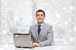 Χαμογελώντας επιχειρηματίας με το lap-top και τα έγγραφα Στοκ φωτογραφίες με δικαίωμα ελεύθερης χρήσης