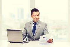 Χαμογελώντας επιχειρηματίας με το lap-top και τα έγγραφα Στοκ Εικόνα