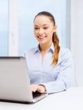 Χαμογελώντας επιχειρηματίας με το lap-top στην αρχή Στοκ Εικόνες