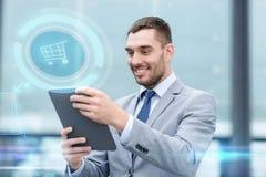 Χαμογελώντας επιχειρηματίας με το PC ταμπλετών υπαίθρια Στοκ εικόνα με δικαίωμα ελεύθερης χρήσης