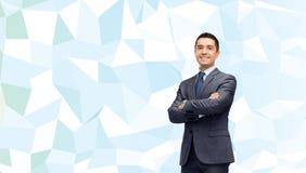 Χαμογελώντας επιχειρηματίας πέρα από την μπλε χαμηλή πολυ σύσταση Στοκ Εικόνες