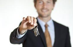 Χαμογελώντας επιχειρηματίας που δίνει τα κλειδιά Στοκ φωτογραφία με δικαίωμα ελεύθερης χρήσης