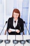Χαμογελώντας επιχειρηματίας που δίνει την ομιλία στη διάσκεψη Στοκ Εικόνες