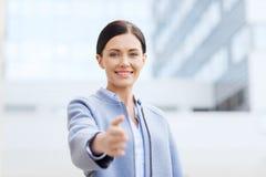 Χαμογελώντας επιχειρηματίας που δίνει το χέρι για τη χειραψία Στοκ Φωτογραφίες