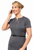Χαμογελώντας επιχειρηματίας που απαντά στο έξυπνο τηλέφωνο Στοκ Φωτογραφίες