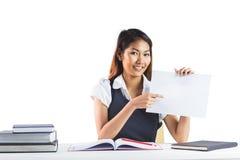 Χαμογελώντας επιχειρηματίας που δείχνει ένα φύλλο του εγγράφου Στοκ εικόνες με δικαίωμα ελεύθερης χρήσης