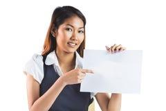 Χαμογελώντας επιχειρηματίας που δείχνει ένα φύλλο του εγγράφου Στοκ φωτογραφία με δικαίωμα ελεύθερης χρήσης