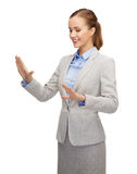 Χαμογελώντας επιχειρηματίας που δείχνει κάτι Στοκ Εικόνες