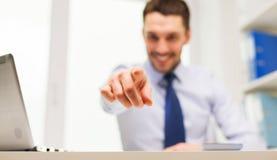 Χαμογελώντας επιχειρηματίας που δείχνει σε σας στην αρχή Στοκ Εικόνα
