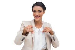 Χαμογελώντας επιχειρηματίας που δείχνει στη κάμερα Στοκ φωτογραφία με δικαίωμα ελεύθερης χρήσης
