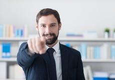 Χαμογελώντας επιχειρηματίας που δείχνει στη κάμερα Στοκ Εικόνες