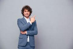 Χαμογελώντας επιχειρηματίας που δείχνει το δάχτυλο μακριά Στοκ Εικόνες