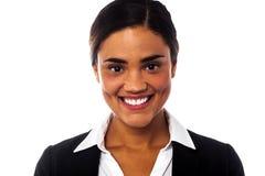 Χαμογελώντας επιχειρηματίας που εξετάζει σας Στοκ Φωτογραφίες