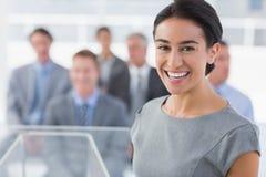 Χαμογελώντας επιχειρηματίας που εξετάζει τη κάμερα κατά τη διάρκεια της διάσκεψης Στοκ Φωτογραφίες