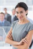 Χαμογελώντας επιχειρηματίας που εξετάζει τη κάμερα κατά τη διάρκεια της διάσκεψης Στοκ φωτογραφία με δικαίωμα ελεύθερης χρήσης
